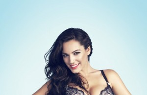Kelly-Brook-new-look-ic-camasiri-pozlari-seksi-fotograf (4)