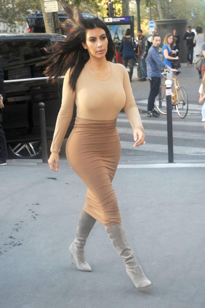 Kim-Kardashian-paris-elbise-kalca-popo-got (1)